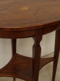 Boscardin mobili - 67 - Tavolinetto ovale in noce con intarsi sul massello in ulivo.